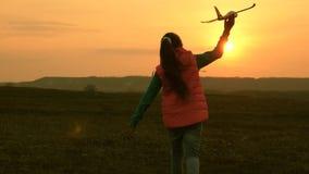 Dziewczyna sen latanie i zostać pilotem swobodny ruch Szczęśliwy dziewczyna bieg z zabawkarskim samolotem na tle a zbiory wideo