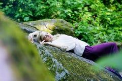 Dziewczyna sen w lesie na skale Zdjęcia Stock