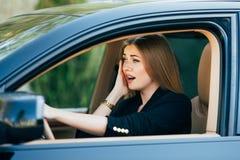 Dziewczyna shoked przed wypadkiem na drodze i strach zdjęcie royalty free
