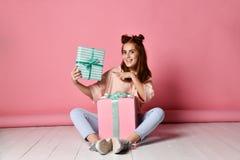 Dziewczyna siedz?cy pod?ogowi urodzinowi prezenty obrazy royalty free