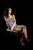 Dziewczyna siedzi czarną białą lampas suknię Obraz Stock