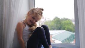 Dziewczyna siedzi i bawić się z zabawką zdjęcie wideo
