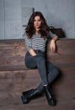 Dziewczyna siedzi i portret na drewnianych schodkach w domu Fotografia Royalty Free