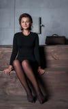 Dziewczyna siedzi i portret na drewnianych schodkach w domu Fotografia Stock