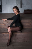 Dziewczyna siedzi i portret na drewnianych schodkach w domu Zdjęcia Royalty Free