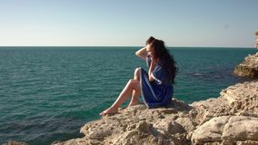 Dziewczyna siedzi morzem prostuje włosy zdjęcie wideo