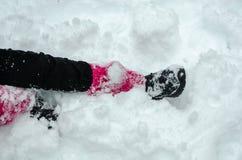 Dziewczyna siedzi na śniegu w zimie obrazy stock