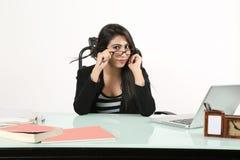 Dziewczyna siedzi na krześle z być ubranym szkła zdjęcia stock