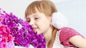 Dziewczyna siedzi obok bukieta kwiaty Zdjęcia Royalty Free