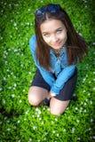 Dziewczyna siedzi wśród śnieżyczek Zdjęcia Stock