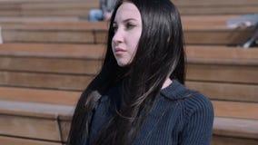 Dziewczyna siedzi w amfiteatrze zbiory wideo