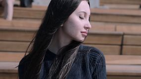 Dziewczyna siedzi w amfiteatrze zbiory