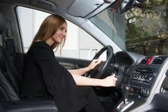 Dziewczyna siedzi w samochodzie obraz stock