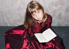 Dziewczyna siedzi z zabawką Zdjęcia Stock
