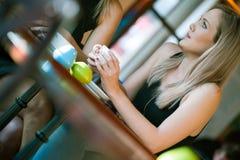 Dziewczyna siedział w okno sklep z kawą Fotografia Stock