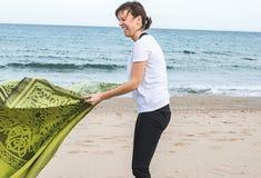 Dziewczyna składa ręcznika na plaży zdjęcie royalty free