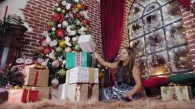 Dziewczyna składa wierza Bożenarodzeniowi prezenty zdjęcie wideo