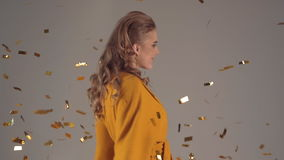 Dziewczyna skacze i raduje się z confetti zbiory