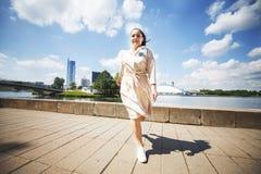 Dziewczyna skacze na słonecznym dniu w mieście Dziewczyny odprowadzenie wokoło miasta obraz royalty free