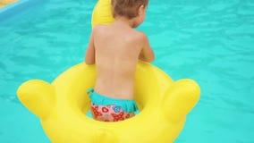 Dziewczyna skacze pływacki basen zbiory wideo