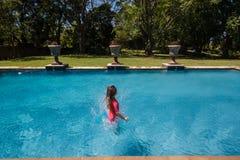 Dziewczyna Skacze Pływackiego basenu Fotografia Stock
