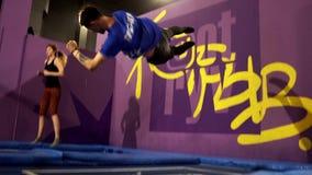 Dziewczyna skacze z trenerem na trampoline Trampoline park zdjęcie wideo
