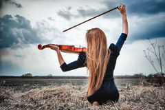 dziewczyna skrzypce z włosami czerwony Zdjęcie Royalty Free