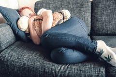 Dziewczyna smutniejąca Absolutna samotno?? Odg?rny widok depresja nieszcz??liwego smutnego m??czyzny przytulenia poduszki siedz?c zdjęcia stock