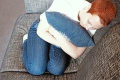 Dziewczyna smutniej?ca Absolutna samotno?? Odg?rny widok depresja nieszcz??liwego smutnego m??czyzny przytulenia poduszki siedz?c obraz royalty free