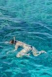 dziewczyna snorkeling w błękitnych wodach nad rafa koralowa na czerwonym morzu w sharm el sheikh, Egipt Ludzie i stylu życia poję obraz stock
