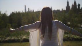 Dziewczyna spacery w miasto parku cieszy się wolność i słońce zbiory wideo