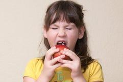 Dziewczyna spadać jej ząb zdjęcia royalty free