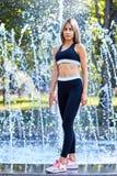 dziewczyna sportu Dziewczyna robi sprawności fizycznych ćwiczeniom Piękna potomstwo sportów kobieta robi ćwiczeniom Dziewczyna tr obrazy royalty free