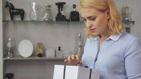 Dziewczyna sprawdza kocowania pudełko zbiory
