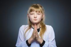 Dziewczyna spryt, pracowniana fotografia odizolowywająca na szarym tle zdjęcia royalty free