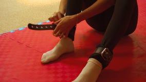 Dziewczyna stawia dalej noga sportów mankieciki w gym zbiory wideo