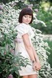 Dziewczyna stoi blisko bzów Obraz Royalty Free
