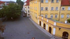 Dziewczyna stoi blisko poręcza na tle miasto zdjęcie wideo