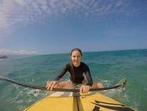 Dziewczyna stoi up surfować Obrazy Stock