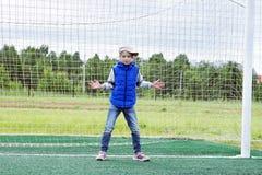 Dziewczyna stoi w piłki nożnej bramie jako bramkarz obraz stock