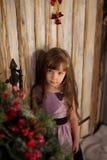 Dziewczyna stojak na gankowym czekaniu dla Święty Mikołaj fotografia royalty free