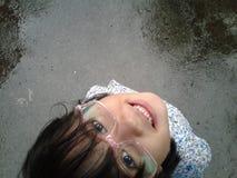 dziewczyna stojak na mokrej drodze zdjęcie royalty free