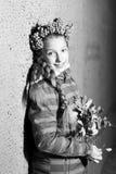 Dziewczyna stojaki blisko ściany w wieczór Fotografia Royalty Free
