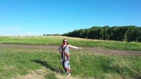 Dziewczyna stojaki na krawędzi falezy Piękny krajobraz halna rzeka i las Strzela z góry zbiory wideo