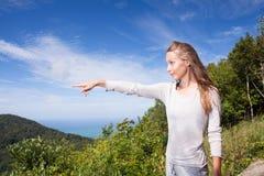 Dziewczyna stojaki na szczytu punktach w odległość zdjęcia stock