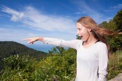 Dziewczyna stojaki na szczytu punktach w odległość zdjęcie stock