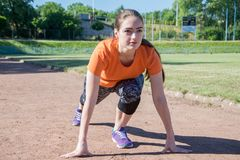 Dziewczyna stojaki przy początkiem przed biegać obraz stock