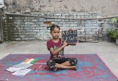 Dziewczyna studiuje podstawową edukację w otwartej szkole obraz royalty free