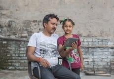 Dziewczyna studiuje podstawową edukację w otwartej szkole obrazy stock