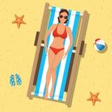 Dziewczyna sunbathing na deckchair royalty ilustracja
